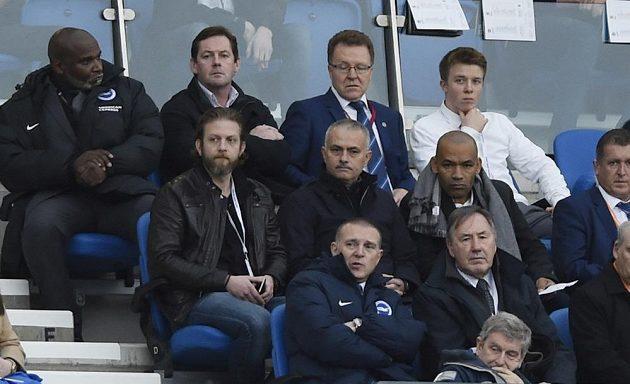 José Mourinho (uprostřed v prostřední řadě) navštívil šlágr druhé ligy Brighton - Middlesbrough.