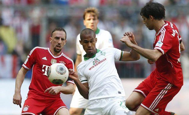 Obránce Brém Theodor Gebre Selassie v souboji o míč s Franckem Ribérym (vlevo) a Javim Martínezem z Bayernu.