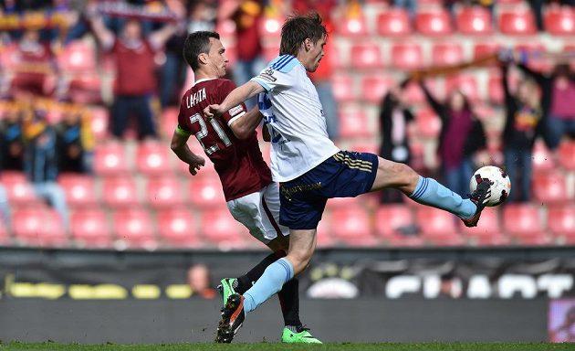 Sparťanský kapitán David Lafata (vlevo) bojuje o míč s olomouckým obráncem Alešem Škerlem v utkání 28. kola Gambrinus ligy.