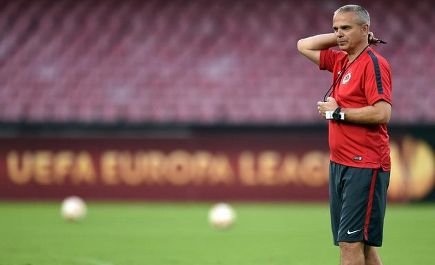 Trenér Sparty Praha Vítězslav Lavička během předzápasového tréninku v Neapoli.