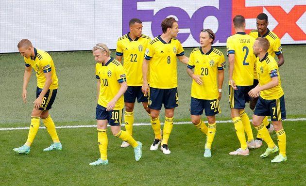 Fotbalisté Švédska se radují z branky