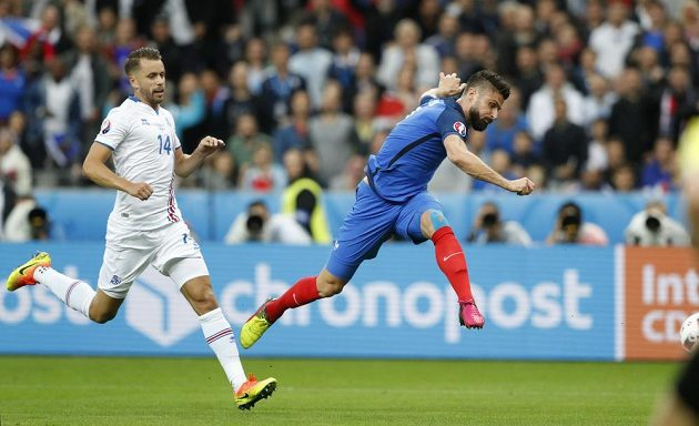 Francouzský útočník Olivier Giroud (vpravo) střílí gól proti Islandu ve čtvrtfinále mistrovství Evropy. Vlevo přihlíží islandský stoper Kari Arnason.