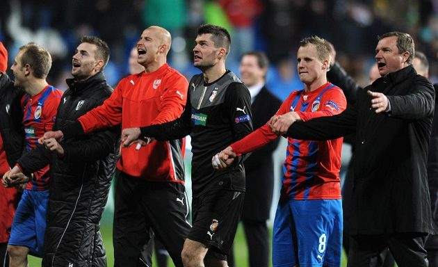 Hráči Viktorie Plzeň a trenér Pavel Vrba (vpravo) oslavují vítězství a postup do jarní části Evropské ligy po utkání Ligy mistrů s CSKA Moskva.