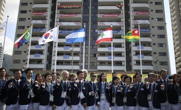 Korejští sportovnci při ceremoniálu v olympijské vesnici.
