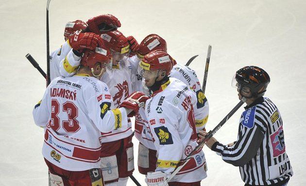 Třinečtí hokejisté se radují z první branky proti Plzni.