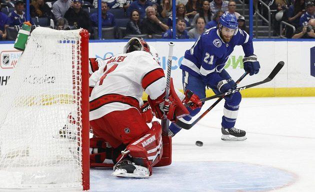 Hokejový gólman Petr Mrázek kryl ve svém prvním letošním startu v play off NHL 35 střel a dovedl Carolinu k výhře.