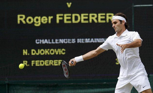 Roger Federer ve finále Wimbledonu s Novakem Djokovičem.