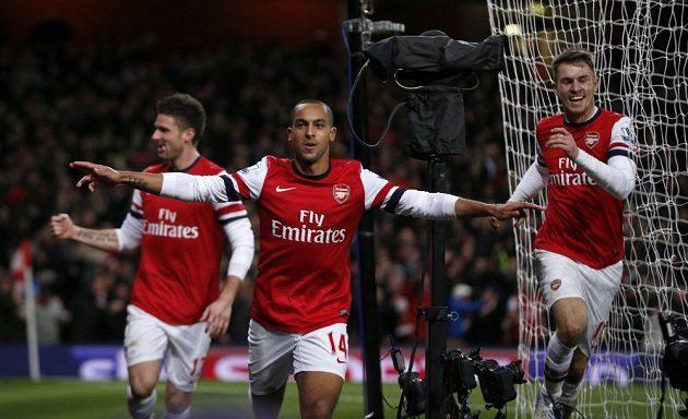 Útočník Arsenalu Theo Walcott (uprostřed) se raduje s Aaronem Ramseym a Olivierem Giroudem z branky.