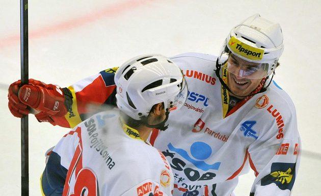 Útočník Pardubic Jan Kolář (vlevo) a obránce Jan Ščotka se radují z gólu v utkání na ledě Třince.