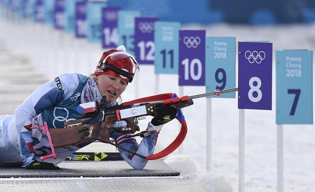Veronika Vítková při střelbě v individuálním závodě.