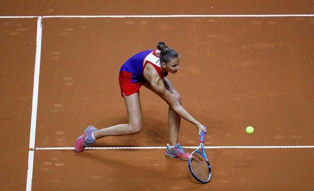 Volej české tenistky Karolíny Plíškové ve druhé dvouhře úvodního dne semifinále Fed Cupu.