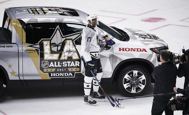 Hokejista Wayne Simmonds (17) s cenou pro nejužitečnějšího hráče Utkání hvězd NHL.