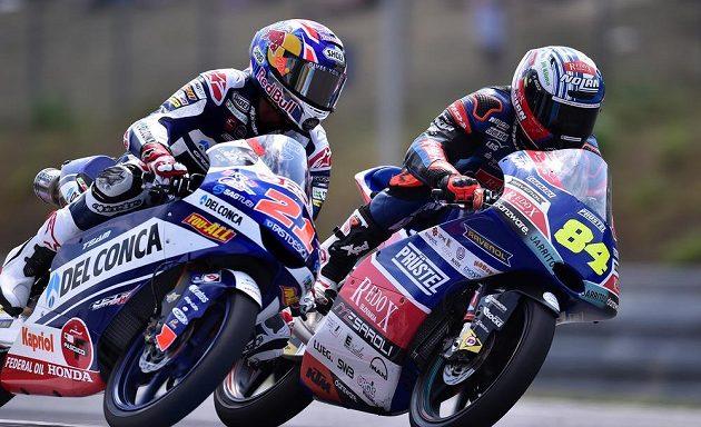 Velká cena České republiky, závod mistrovství světa silničních motocyklů kategorie Moto3 5. srpna 2018 v Brně. Vlevo vítěz Fabio Di Giannantonio z Itálie a vpravo Jakub Kornfeil z České republiky