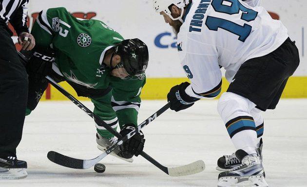 Centr San Jose Sharks Joe Thornton (19) a jeho souboj o puk s centrem Dallasu Stars Radkem Faksou (12) v utkání NHL.