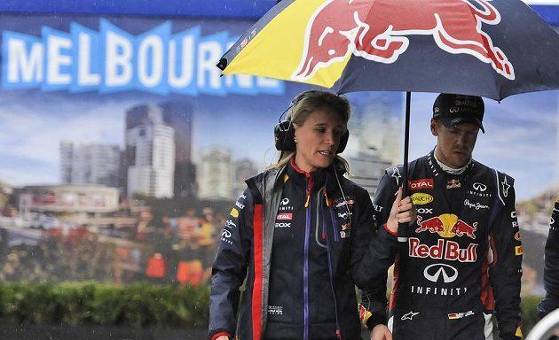 Zklamaný Sebastian Vettel opouští dění kvalifikace VC Austrálie.