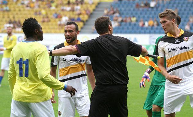 Jeden z asistentů rozhodčího uklidňuje hráče, zleva na snímku jsou teplický Zaolo Ulrich Kapolongo a Fabian Müller a Robert Andricht z Drážďan.