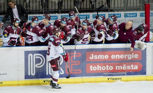 Michal Dragoun se raduje se sparťanskými spoluhráči z gólu proti Vítkovicím.