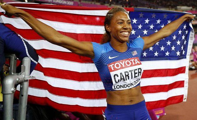 Kori Carterová z USA slaví triumf ve finále běhu na 400 m překážek.