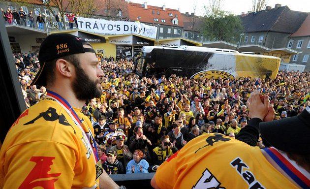 Litvínovský Peter Jánský sleduje nadšené příznivce, kteří přišli oslavit premiérový titul.