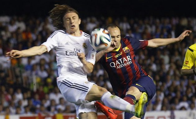 Záložník Barcelony Andrés Iniesta a Luka Modrič z Realu Madrid.