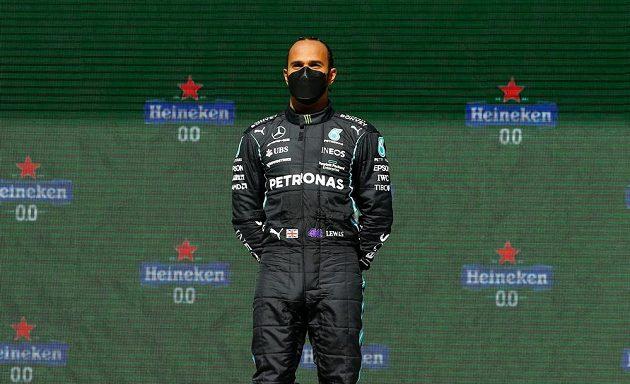 Britský pilot Mercedesu Lewis Hamilton vyhrál Velkou cenu Portugalska formule 1, po závodě pózoval předpisově s repirátorem na ústech.