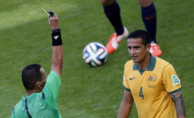 Alžírský sudí Džamel Haimúdi dává žlutou kartu Australanu Timu Cahillovi (4) za zákrok, po němž Nizozemec Bruno Martins Indi předčasně musel opustit hrací plochu.