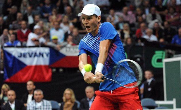 Český tenista Tomáš Berdych během druhého utkání semifinále Davis Cupu s argentinským Leonardem Mayerem.