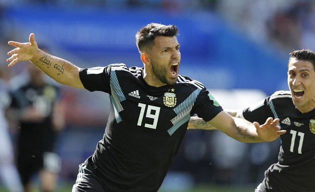 Argentinec Sergio Agüero slaví úvodní gól v zápase s Islandem.