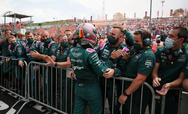 Pilot Aston Martinu Sebastian Vettel slaví se svým týmem druhé místo.