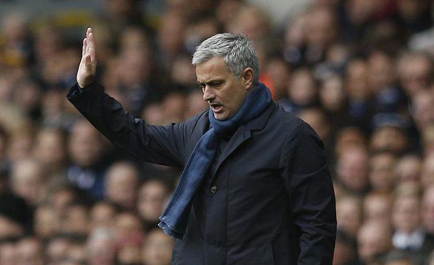 Kouč Chelsea José Mourinho během zápasu na Tottenhamu.