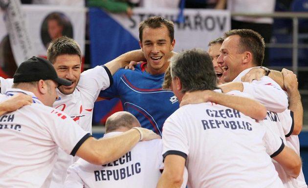 Čeští tenisté se radují z postupu do semifinále Davisova poháru. Rozhodující třetí bod vybojoval v Astaně Lukáš Rosol (čtvrtý zprava).