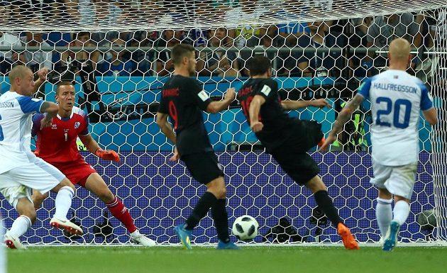 Milan Badelj (druhý zprava) se opřel do míče a Chorvatsko proti Islandu vedlo.