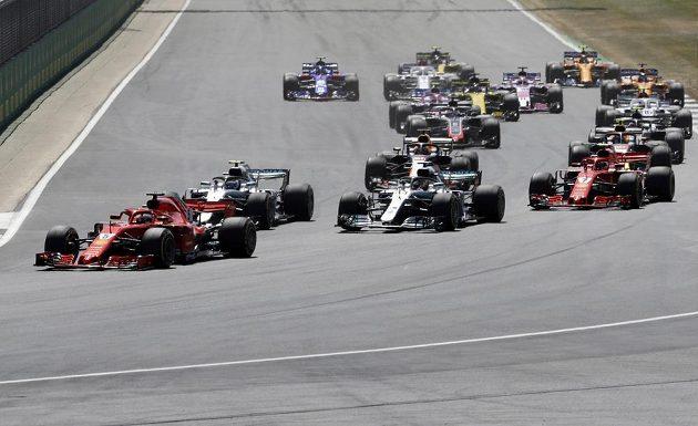 Start GP Británie. Nejlépe začal Němec Sebastian Vettel s ferrari, za ním Fin Valtteri Bottas a Brit Lewis Hamilton s mercedesy.