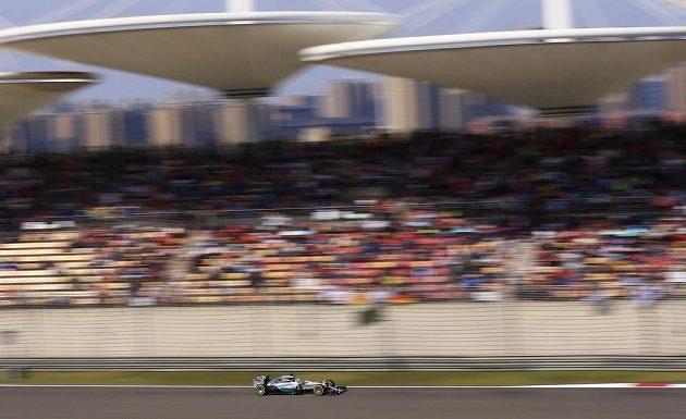 Hamilton v mercedesu sviští kolem tribuny na šanghajském okruhu