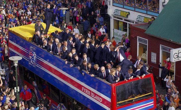 Islandští fotbalisté si v otevřeném autobuse vychutnávali ovace fanoušků.