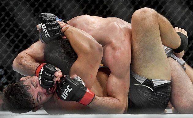Zápas v kategorii polotěžká váha - Magomed Ankalaev z Ruska a Klidson Abreu z Brazílie (dole) na Večeru smíšených bojových umění UFC Fight Night Prague.
