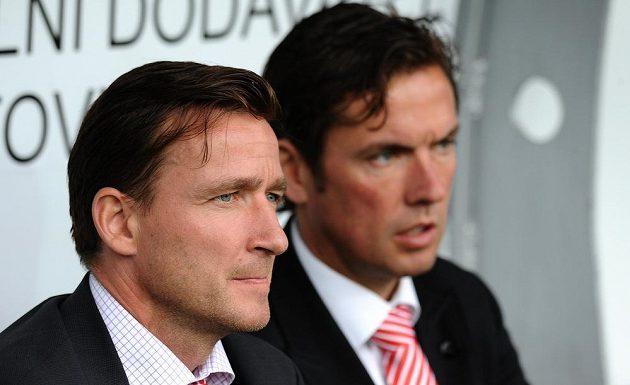 Nový asistent trenéra Slavie Praha Vladimír Šmicer (vlevo) a trenér Alex Pastoor během utkání 22. kola Gambrinus ligy.