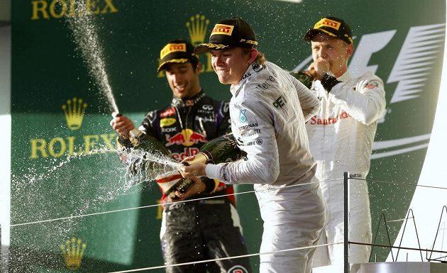Oslavná sprcha šampaňským v podání nejlepší trojice jezdců VC Austrálie.