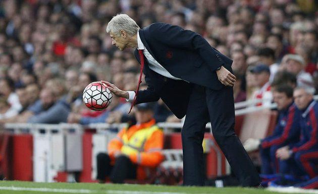 Spokojený trenér Arsenalu Arséne Wenger podává balón do hry.