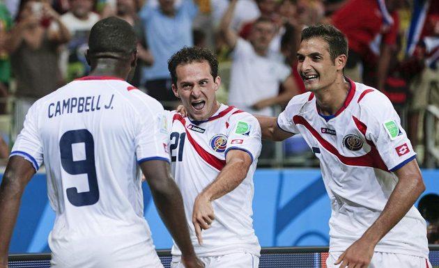 Marco Ureňa (uprostřed) oslavuje se svými spoluhráči z Kostariky třetí gól v síti Uruguaye.