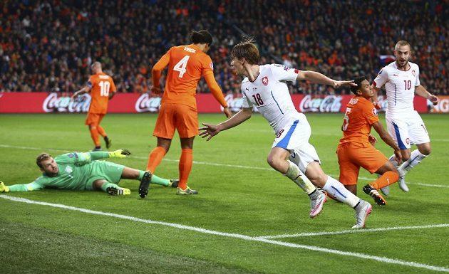 Josef Šural (18) jásá poté, co dal druhý český gól proti Nizozemsku. Na zemi leží brankář Jeroen Zoet, bezmocní už jsou Virgil van Dijk (4) i Jairo Riedewald (5), vpravo je Jiří Skalák.