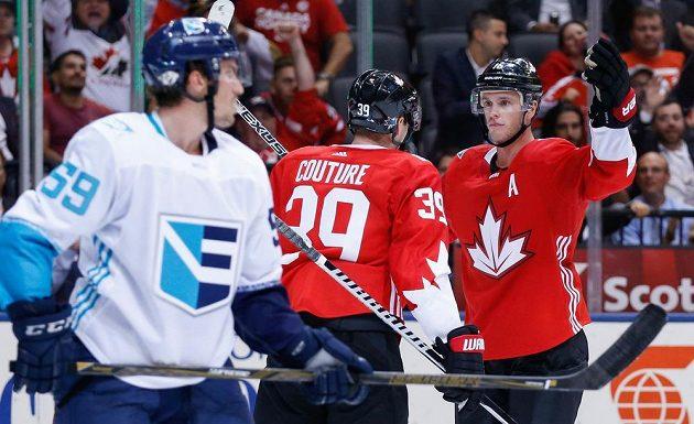 Kanaďané Logan Couture (vlevo) a Jonathan Toews (vpravo) se radují z gólu proti Výběru Evropy.