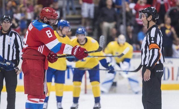 Alexandr Ovečkin(8) se marně domáhal uzná druhého gólu proti Švédsku.