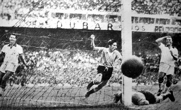 Nejslavnější gól uruguayského kanonýra Alcidese Ghiggii (uprostřed) - na brazilském stadiónu Maracaná v roce 1950 vstřelil ve finále mistrovství světa rozhodující gól.