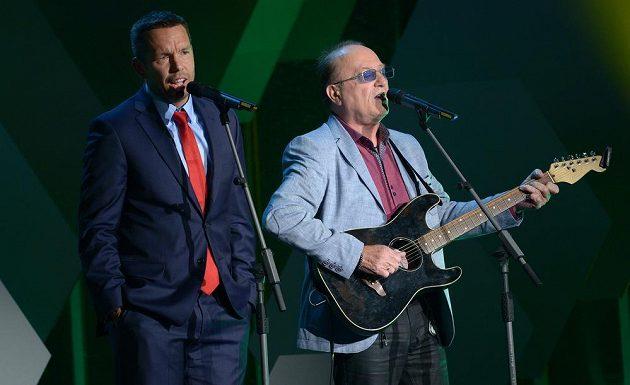 Pavel Horváth (vlevo), osobnost ligy, pobavil svým vystoupením se zpěvákem Petrem Jandou, frontmanem skupiny Olympic.