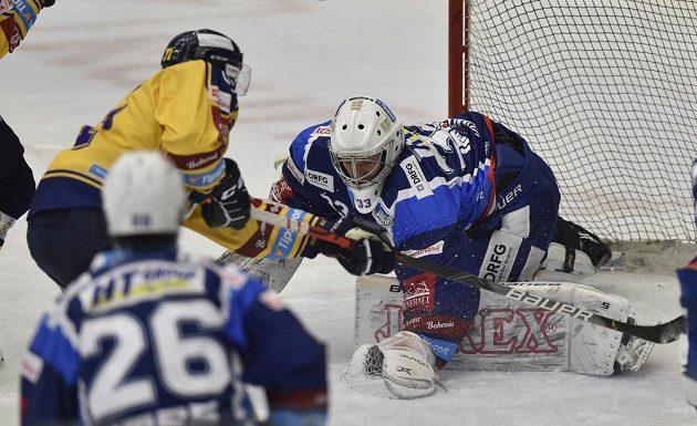 Hokejista Jakub Herman ze Zlína a brankář Brna Lukáš Klimeš.