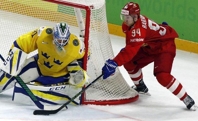 Švédský brankář Anders Nilsson a Rus Alexander Barabanov.
