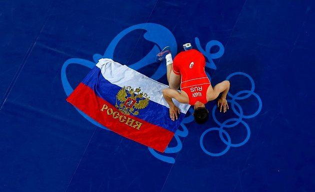 Zápasník Roman Vlasov se raduje ze zlata po výhře nad Dánem Markem Overgardem Madsenem.