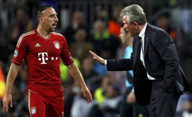 Trenér Bayernu Jupp Heynckes uklidňuje Francka Ribéryho.