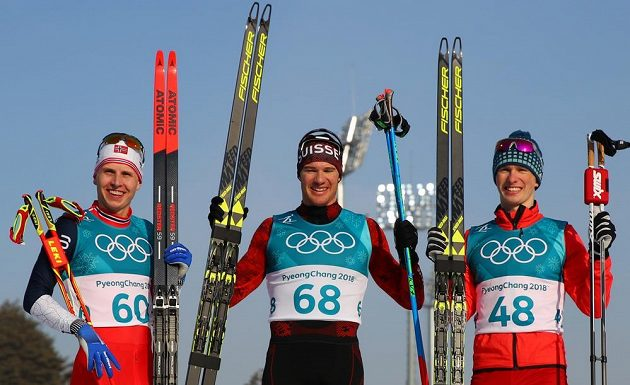 Švýcar Dario Cologna vyhrál jako první běžec na lyžích v olympijské historii potřetí za sebou závod na 15 kilometrů. Stříbro získal Nor Simen Hegstad Krüger (vlevo), jenž vybojoval druhou medaili po triumfu v nedělním skiatlonu. Třetí byl překvapivě Denis Spicov z Ruska.